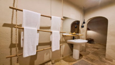Four towels and a washbasin in the bathroom of one of the family bungalows of Hotel Les Palétuviers